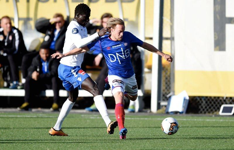 FINNE-DOBBEL: El-Hadji Gana Kane forsøker å stoppe Bård Finne. (Foto: Anders Hoven/Digitalsport)