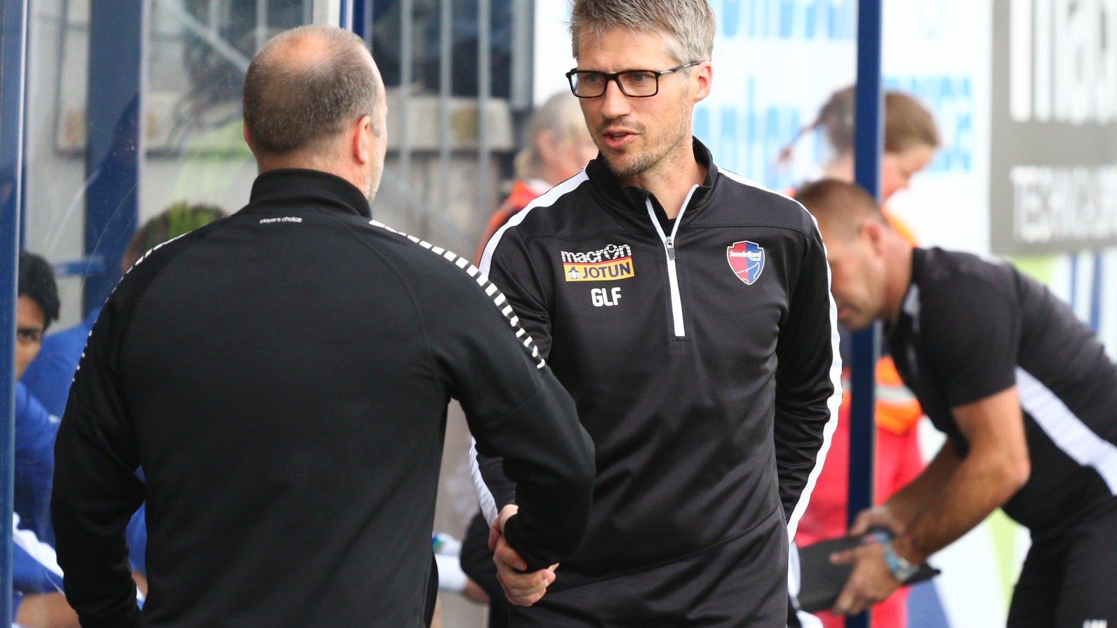 Trener Geir Ludvig Fevang hilser på Sarpsborgs trener Geir Bakke før kampen. (Foto: Torstein Flåm)