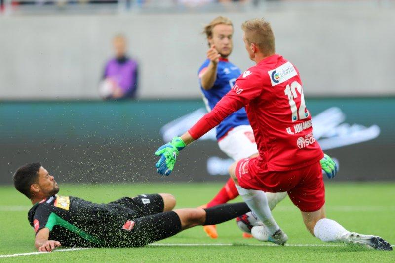 Marc Vales (t.v.) og keeper Eirik Holmen Johansen under eliteseriekampen i fotball mellom Vålerenga og Sandefjord på Intility Aren. (Foto: Ørn E. Borgen / NTB scanpix)