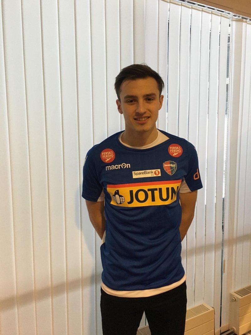 TIDLIG JULEPRESANG? Stefan Mladenovic inført SF-drakt etter signering av kontrakt på Komplett Arena.