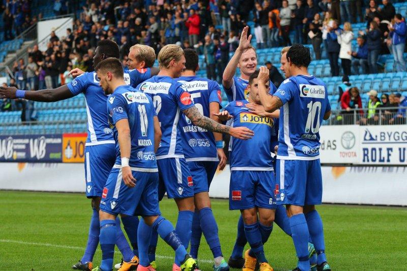1-1: Grossmüller blir omfavnet av lagkameratene etter utlingningen. (Foto: Torstein Flåm)