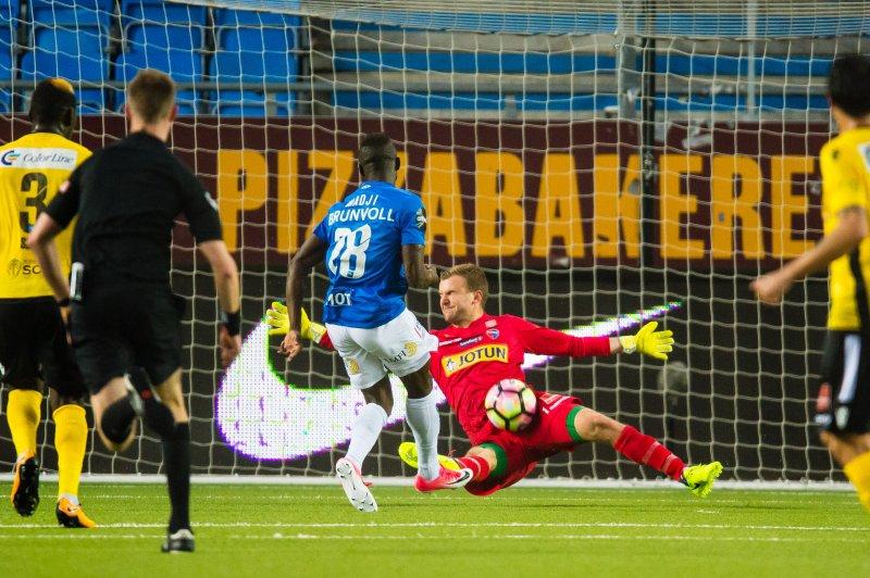 REDDET: Ingvar Jonsson redder et skudd fra Ibrahima Wadji. (Foto: Marius Simensen, Digitalsport)