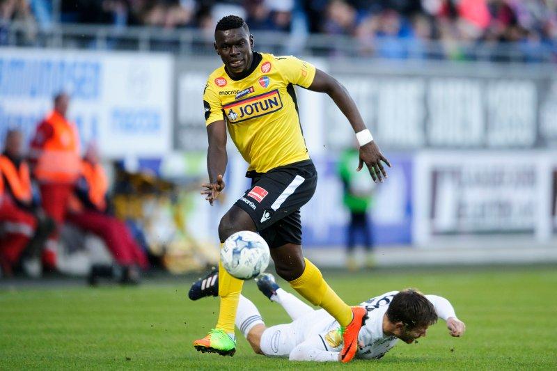 GIR JULING: Her i duell med Rosenborgs Matthias Vilhjalmsson. (Foto: Sjur Stølen / Digitalsport)