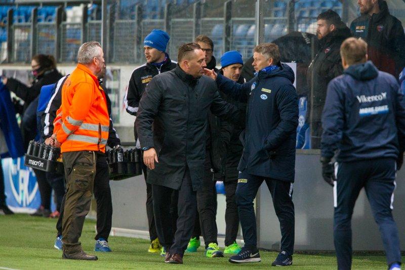 Ole Gunnar Solskjær (t.h.) og Magnus Powell etter serieåpningen mellom Molde og Sandefjord på Aker Stadion. (Foto: Svein Ove Ekornesvåg / NTB scanpix)
