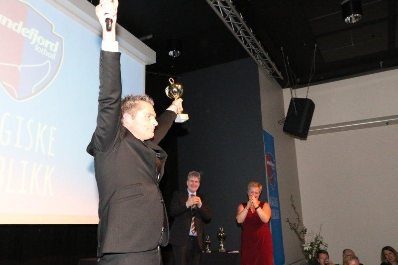 2015: Peppes Pizza og Ole-Jonny Borgersen Berg jubler for prisen årets sponsor. (Foto: Torstein Flåm)